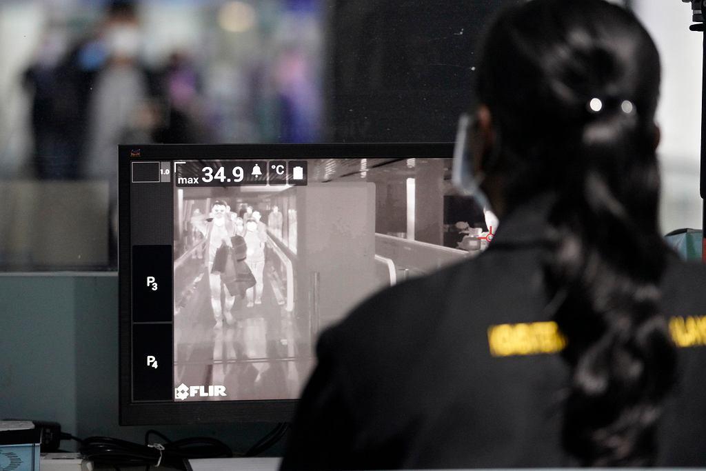 Wirus z Chin. Badanie podróżnych kamerą termograficzną na lotnisku