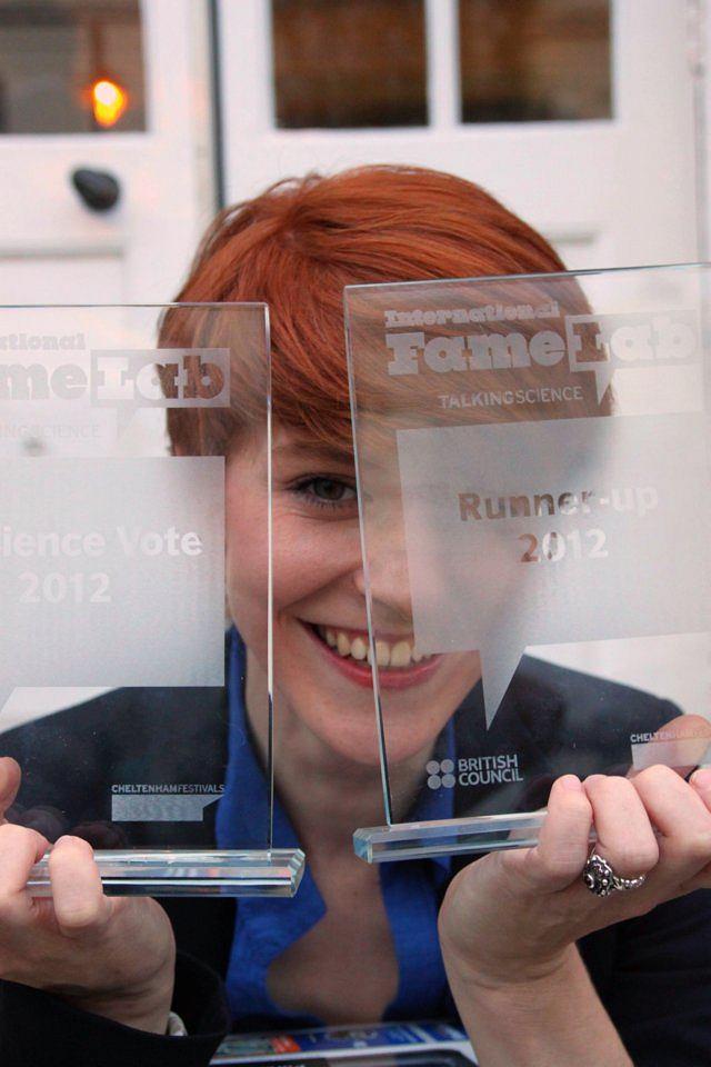 Monika Koperska z nagrodami zdobytymi na Famelab