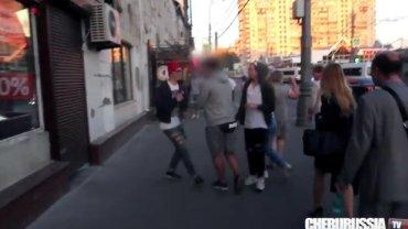 Prowokacja na ulicach Moskwy. Ludzie obrzucają wyzwiskami parę ''gejów''.Dwukrotnie zostają zaatakowani
