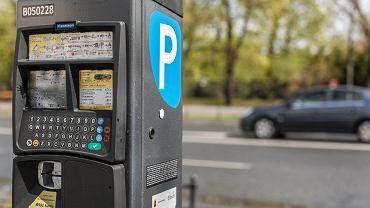 Parkomat w Warszawie. Strefa płatnego parkowania jest tu największa w Polsce