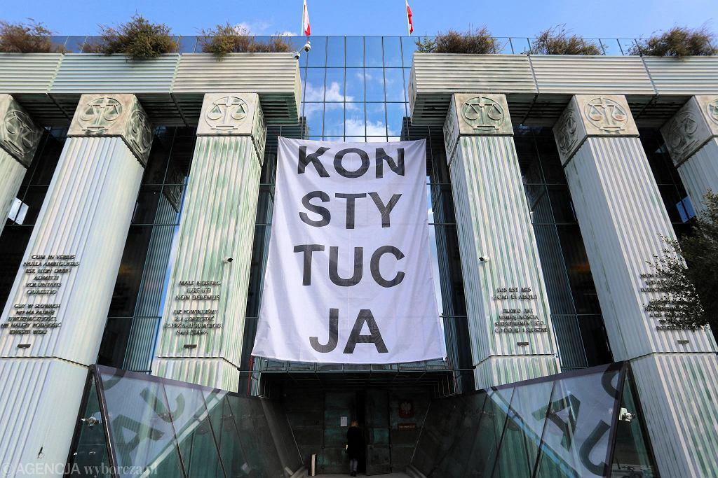Baner 'Konstytucja' na budynku Sądu Najwyższego.