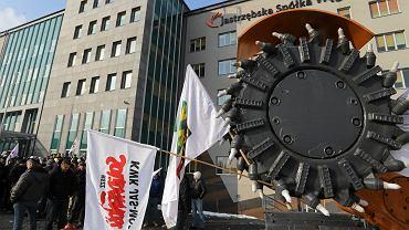 04.02.2015 Górnicy podczas pikiety przed siedzibą JSW w Jastrzębiu Zdroju