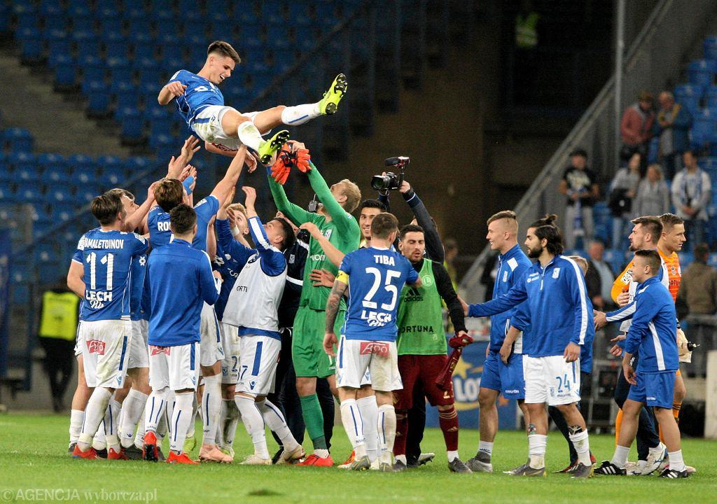 Filip Marchwiński podrzucany przez piłkarzy Lecha Poznań