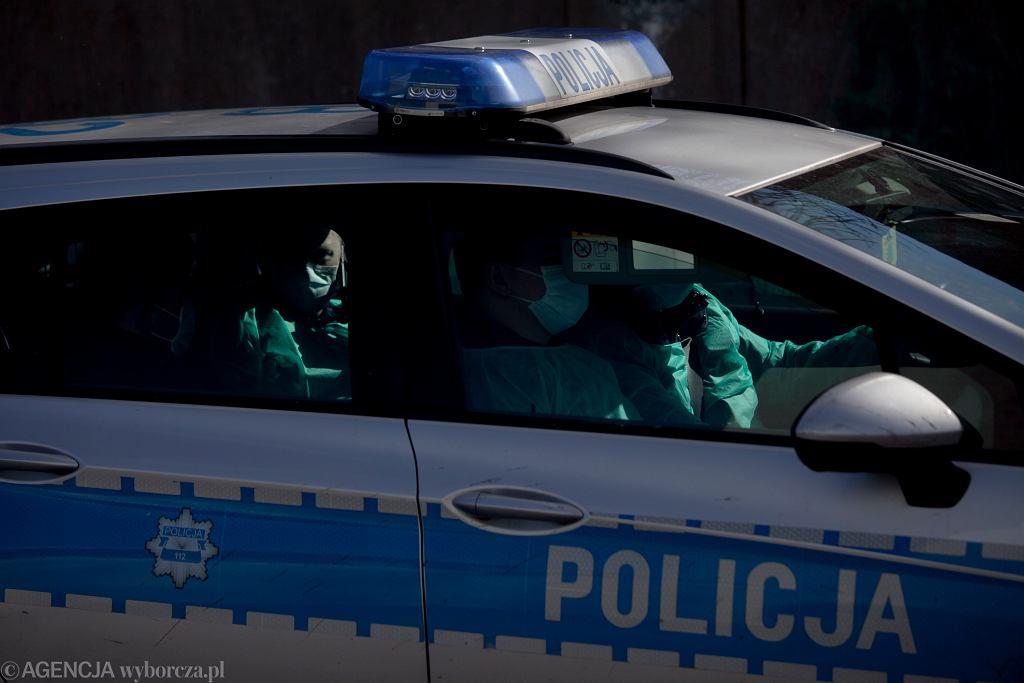 Patrol pod szpitalem zakaźnym we Wrocławiu. Policjanci w maseczkach i strojach ochronnych. 11 marca 2020