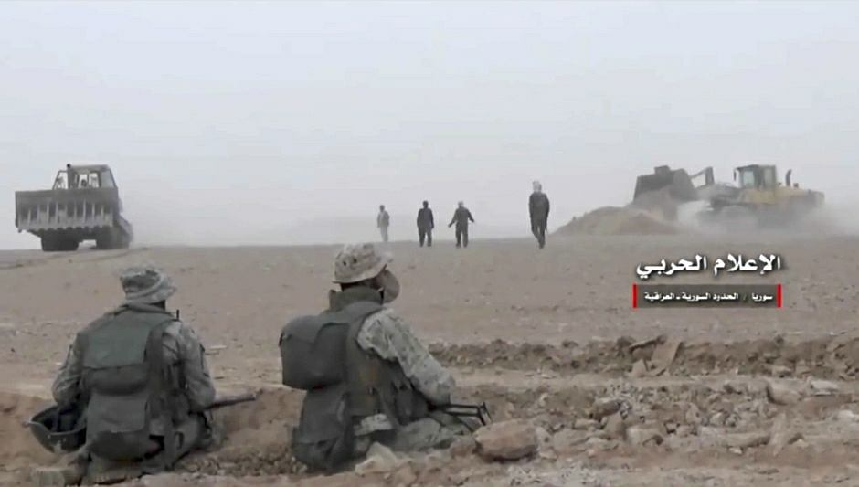Granica iracko-syryjska. Siły rządowe umacniają pozycję i przygotowują się do ostatecznego wyparcia sił tzw. Państwa Islamskiego z syryjskiego miasta Al-Bukamal - zdjęcie ilustracyjne