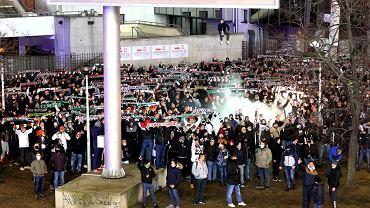 Kibice Legii zgromadzili się pod stadionem na Łazienkowskiej. Ma murawie Legia gra z Wartą, trybuny pozostają zamknięte ze względu na pandemię koronawirusa. Warszawa, 13 marca 2020