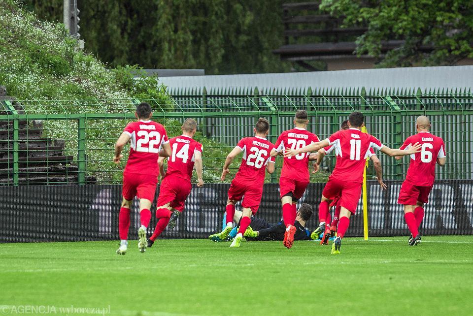 GKS Katowice przegrał z Bytovią Bytów (1:2) po golu bramkarza w doliczonym czasie gry. Strata punktów oznacza, że w przyszłym sezonie śląski zespół zagra w drugiej lidze.