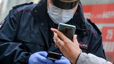 Pandemia koronawirusa wywołuje olbrzymie emocje - lęk, ciekawość, nadzieję. Wszystkie te stany  są wykorzystywane przez cyberprzestępców do zmanipulowania ofiary i mogą prowadzić do utraty pieniędzy zgromadzonych na rachunku bankowym, kradzieży danych osobowych, przejęcia kont pocztowych, kont na portalach społecznościowych albo zainfekowania komputera złośliwym oprogramowaniem szyfrującym. Na zdjęciu: milicjant w Moskwie, 15 kwietnia 2020 r.
