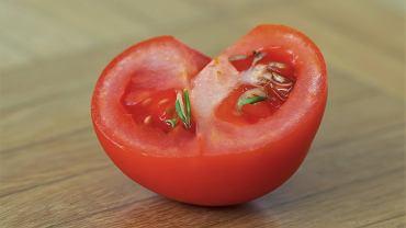 Kiełki w pomidorze - skąd się biorą? Czy trzeba go wyrzucić? Sprawdzamy