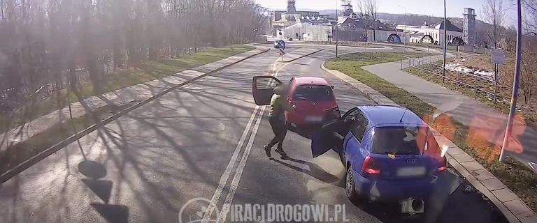 Mężczyzna zajechał drogę innemu kierowcy, chwycił kij i rozwalił szybę [WIDEO]