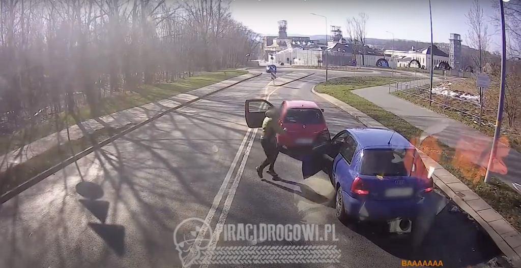 Wałbrzych. Mężczyzna zajechał drogę drugiemu kierowcy, a następnie wybił szybę w aucie metalowym kijem