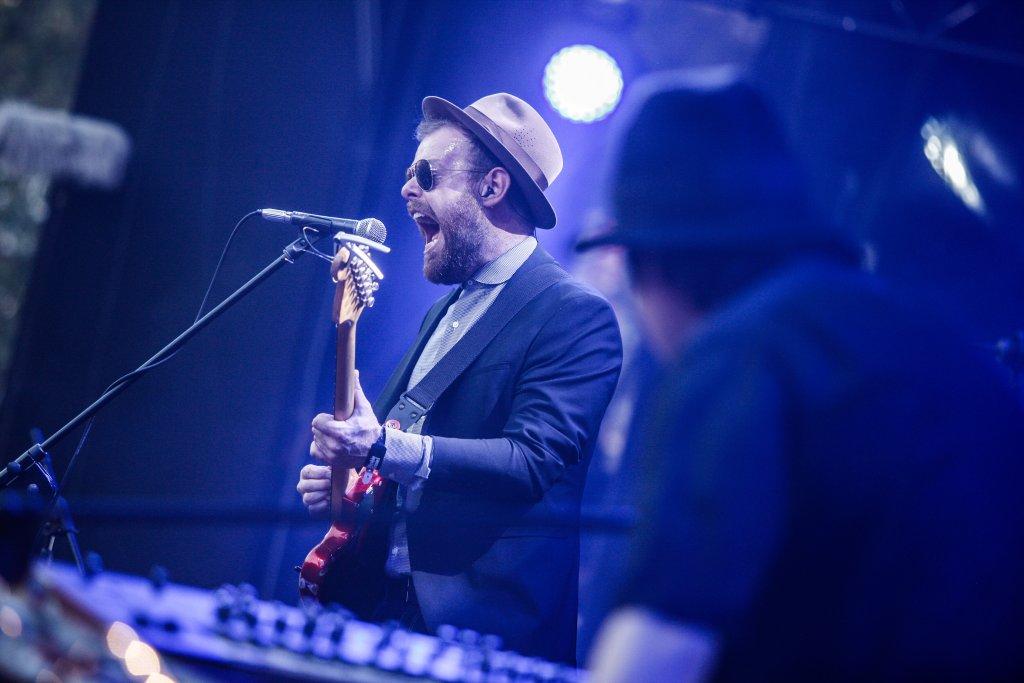 Andrzej Smolik (odwrócony plecami) i Kev Fox (śpiewa) podczas koncertu Męskiego Grania w Warszawie
