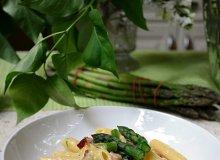 Makaron ze szparagami i cukinią w kremowym sosie - ugotuj