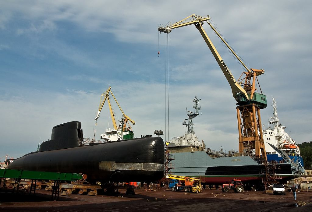 Okręt podwodny i okręt desantowo-minowy podczas remontu w gdyńskiej stoczni