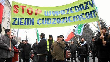 Luty 2015 r. Pikieta rolników w Lublinie. Ochrona ziemi przed spekulacyjnym wykupem była zasadniczym celem PiS-owskiej ustawy. Przy okazji jednak ingeruje ona w prywatny obrót ziemią