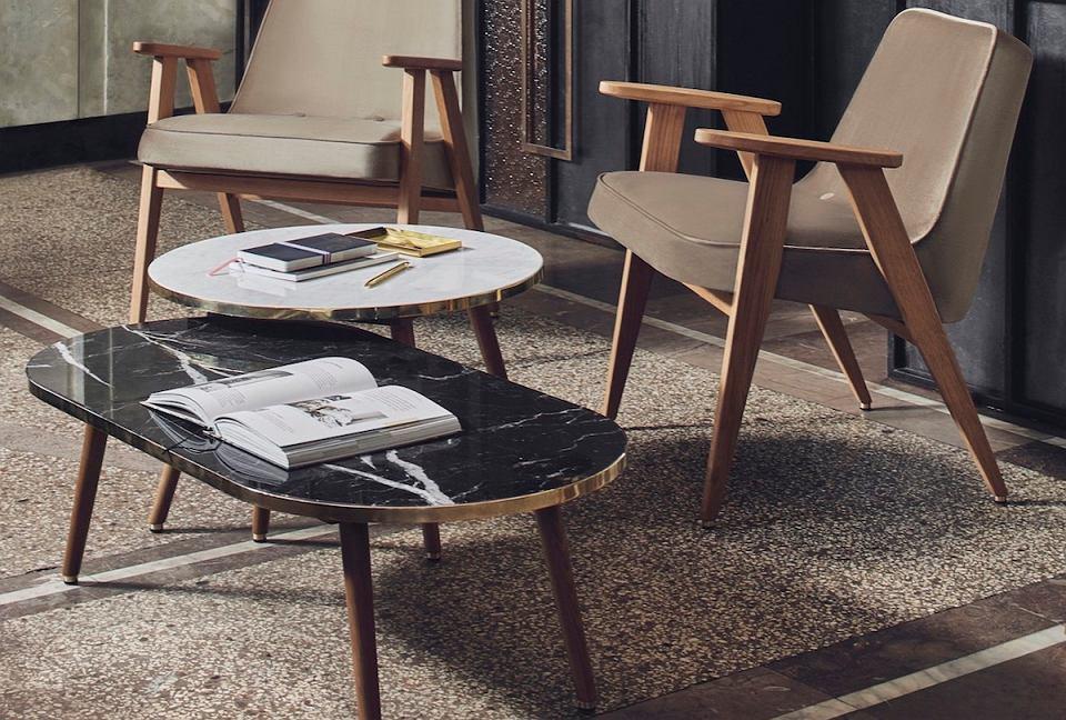 Kultowy fotel 366 w towarzystwie stylowych stolików kawowych.