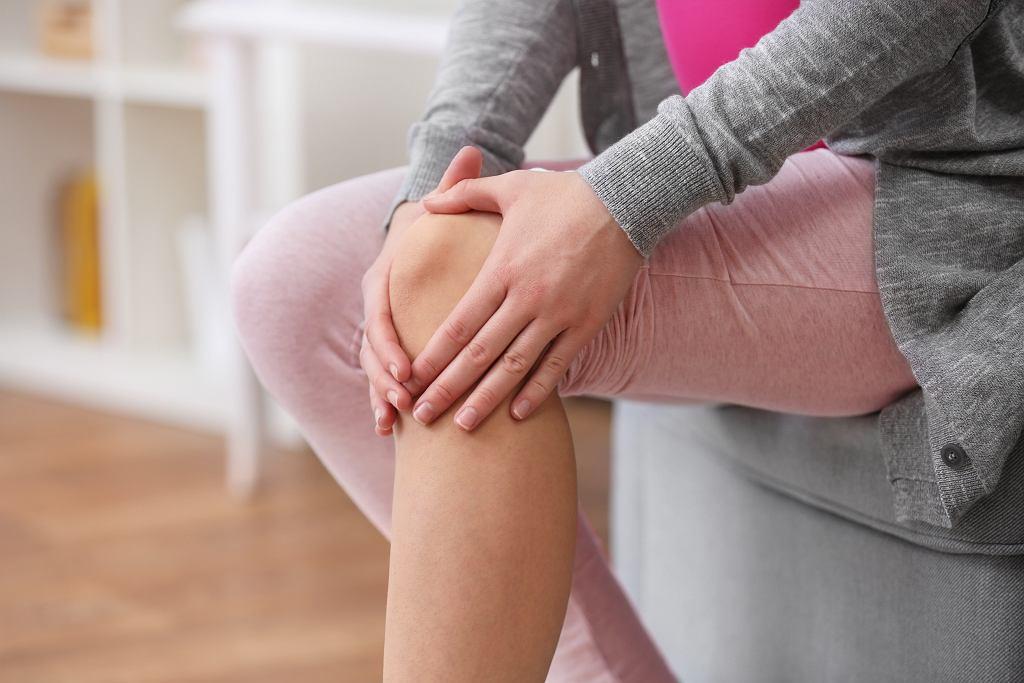 Gęsia stopka objawia się bólem w okolicy kolan.