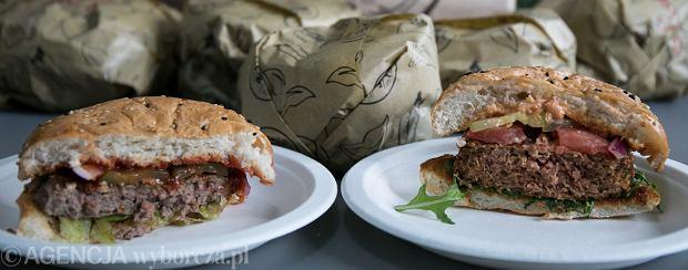 Hamburger ze zwykłym mięsem (po lewej) i hamburger ze sztucznym mięsem Beyond Meat (po prawej)