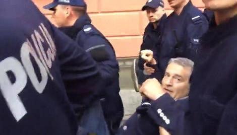 Władysław Frasyniuk usuwany przez policję