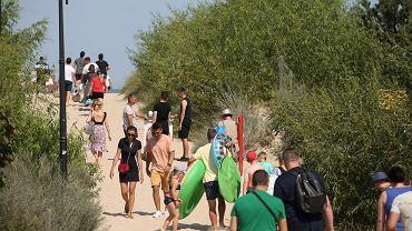 Wakacje w czasie pandemii koronawirusa. Wejście na plażę w Świnoujściu. Sierpień 2020