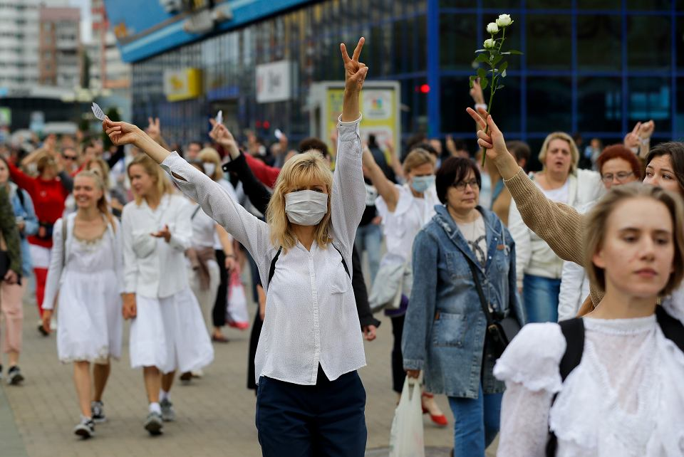 Marsz 200 kobiet będący aktem solidarności z pobitymi przez funkcjonariuszy Łukaszenki, Mińsk, 12 sierpnia 2020 r.