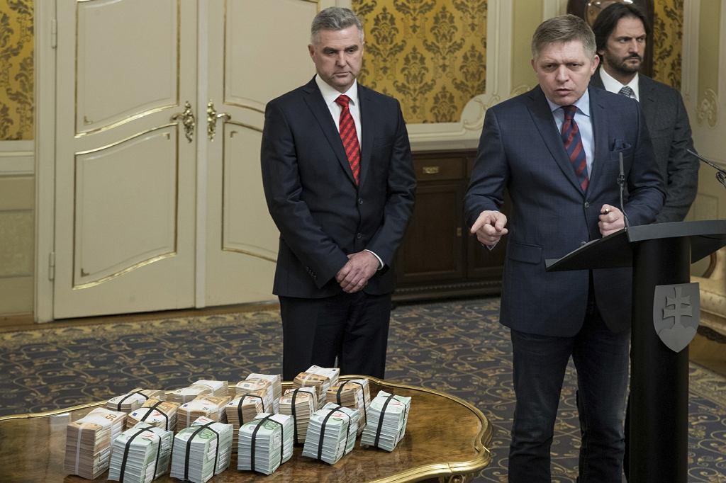 Szef słowackiej policji Tibor Gaspar, szef MSW Robert Kalinak i premier Robert Fico prezentują milion euro nagrody za schwytanie zabójców dziennikarza