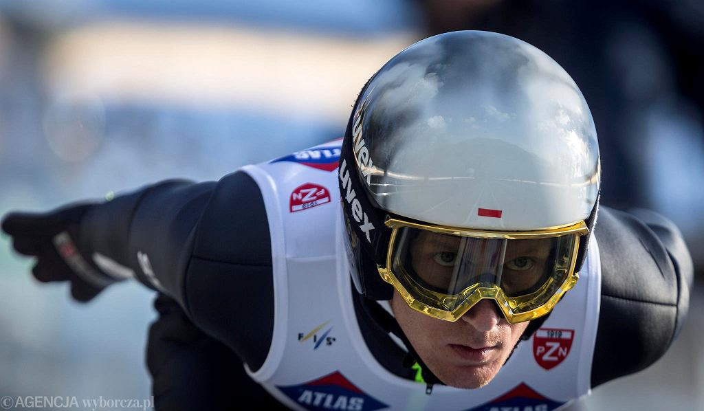 Całe podium niedzielnego turnieju w skokach narciarskich Letniego Grand Prix w Wiśle znowu całe dla białoczerwonych. Podobnie, jak w sobotę na najwyższym stopniu stanął Dawid Kubacki. Drugi był Kamil Stoch, a trzeci Piotr Żyła. Zawody w Beskidach były jedynymi w ramach letniej rywalizacji. Pozostali gospodarze turniejów zrezygnowali z ich organizacji z powodu pandemii. W tym roku nie będzie wyłoniony zwycięzca cyklu.