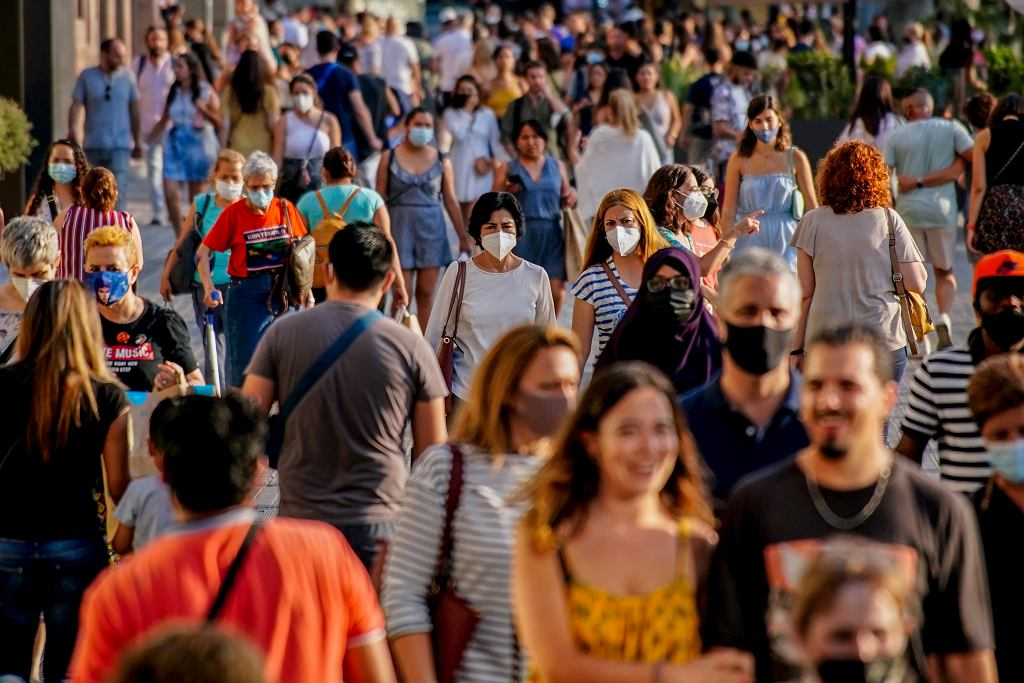 Tłumy na ulicy podczas pandemii (zdjęcie ilustracyjne)