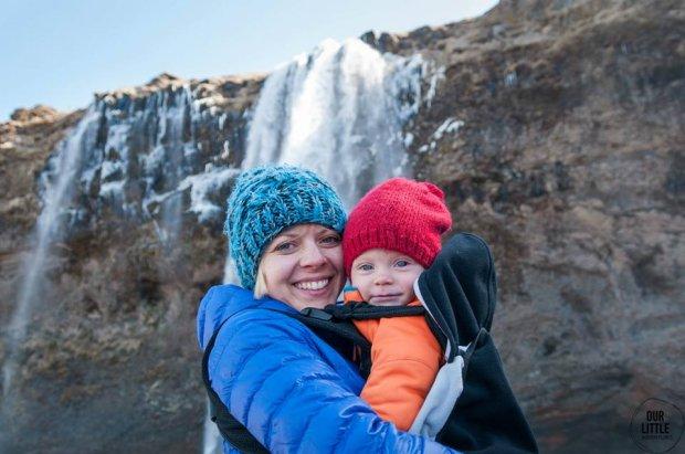 Na zdjęciu: Karolina Szymańska i Mania zwiedza Islandię.