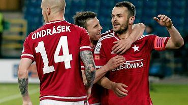 Pawel Brozek strzela bramke podczas meczu o Mistrzostwo Ektraklasy grupy spadkowej Wisla Krakow - Jagiellonia Bialystok .