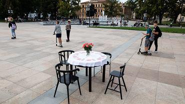 Lublin. Stół, ustawiony w piątek na placu Litewskim, miał zwrócić uwagę przechodniów na los uchodźców ze spalonego obozu Moria