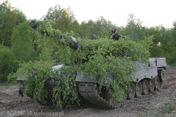 Ćwiczenia podchorążych ze szkoły oficerskiej we Wrocławiu - na czołgach Leopard. Biedrusko, Centrum Szkolenia Wojsk Lądowych, 19 maja 2005