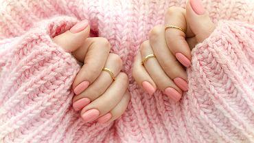 Manicure tytanowy stanowi alternatywę dla popularnych hybryd. Zdjęcie ilustracyjne