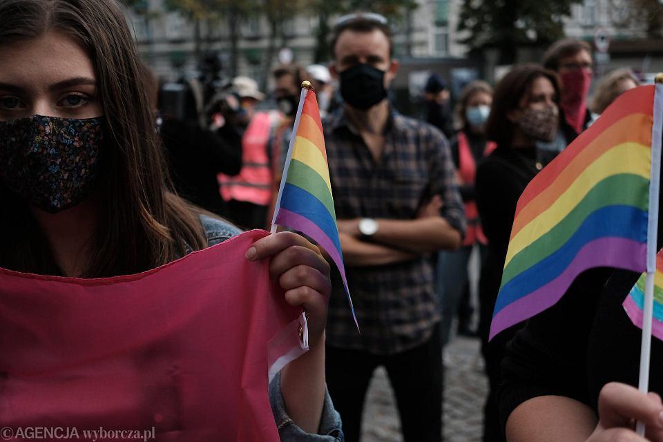 Protest przed Ministerstwem Edukacji Narodowej w Warszawie przeciwko Przemysławowi Czarnkowi, przyszłemu ministrowi odpowiedzialnemu za szkoły i uczelnie wyższe