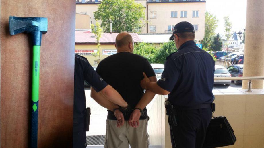 Jeden z zatrzymanych mężczyzn i zabezpieczona przez policję siekiera