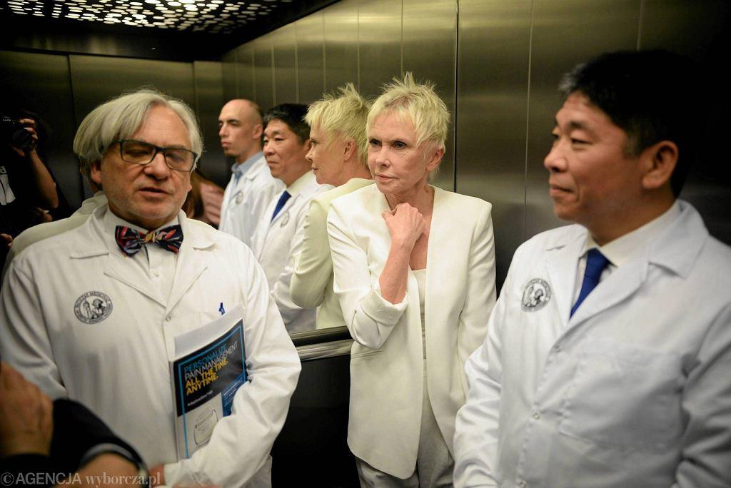 Od lewej prof. Wojciech Maksymowicz, Ewa Błaszczyk i prof. Isao Morita w Uniwersyteckim Szpitalu Klinicznym