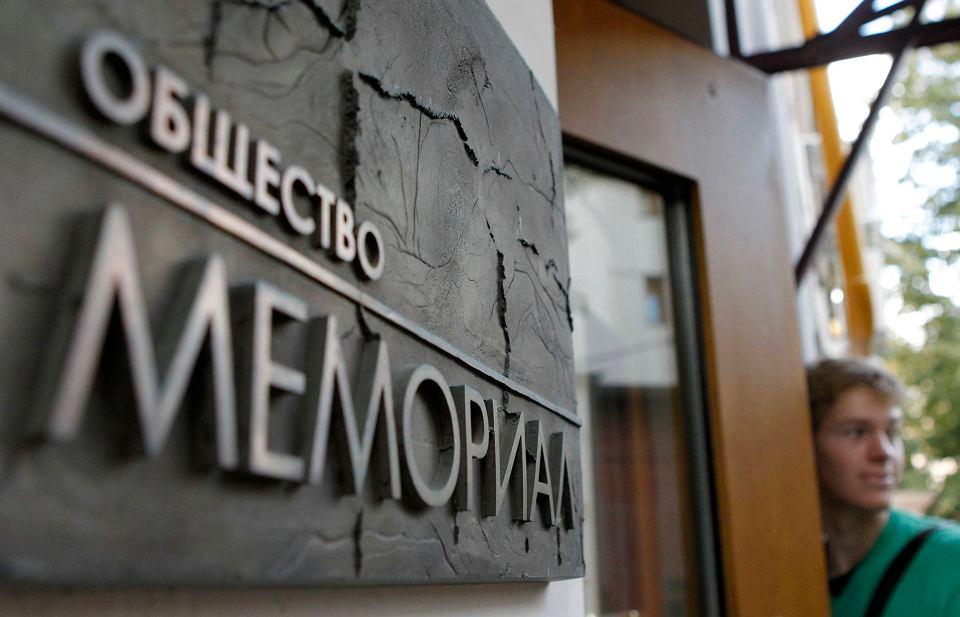 Odsuwanie Memoriału na margines, grożenie mu likwidacją, uznanie jego Centrum Obrony Praw Człowieka za 'agenta zagranicy', czyli w oczach zwykłych obywateli za szpiega, psuje Rosję