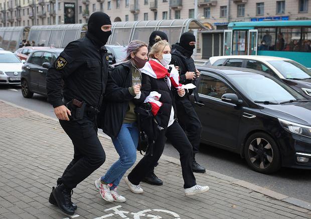 Funkcjonariusze sił bezpieczeństwa zatrzymują przeciwników reżimu, Mińsk, 17 października 2020 r.