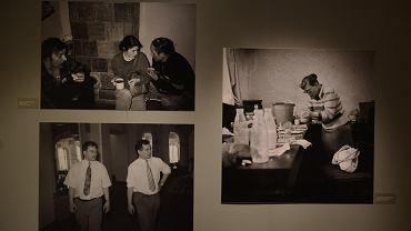 Wystawa 'Znaki Wolności. O trwaniu Polskiej tożsamości narodowej' w Zamku Królewskim. Po lewej stronie na dole zdjęcie braci Kaczyńskich z 1992 r.