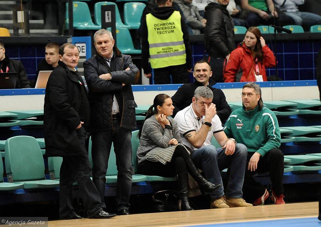 Prezes koszykarskieg Śląska Maciej Zieliński (biała koszulka) i masażysta piłkarskiego Ślaska Jarosław Szandrocho (z prawej)