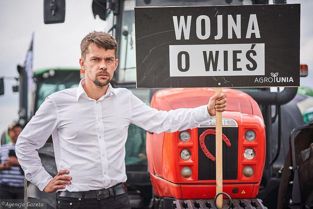 Lider AGROunii Michał Kołodziejczak podczas pikiety. Rolnicy w antyrządowym proteście blokują drogę z Łodzi do Piotrkowa. Rękoraj, 4 lipca 2021