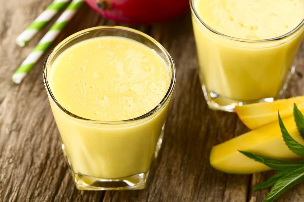 Mango lassi to jogurtowy napój zyskujący coraz większą popularność.