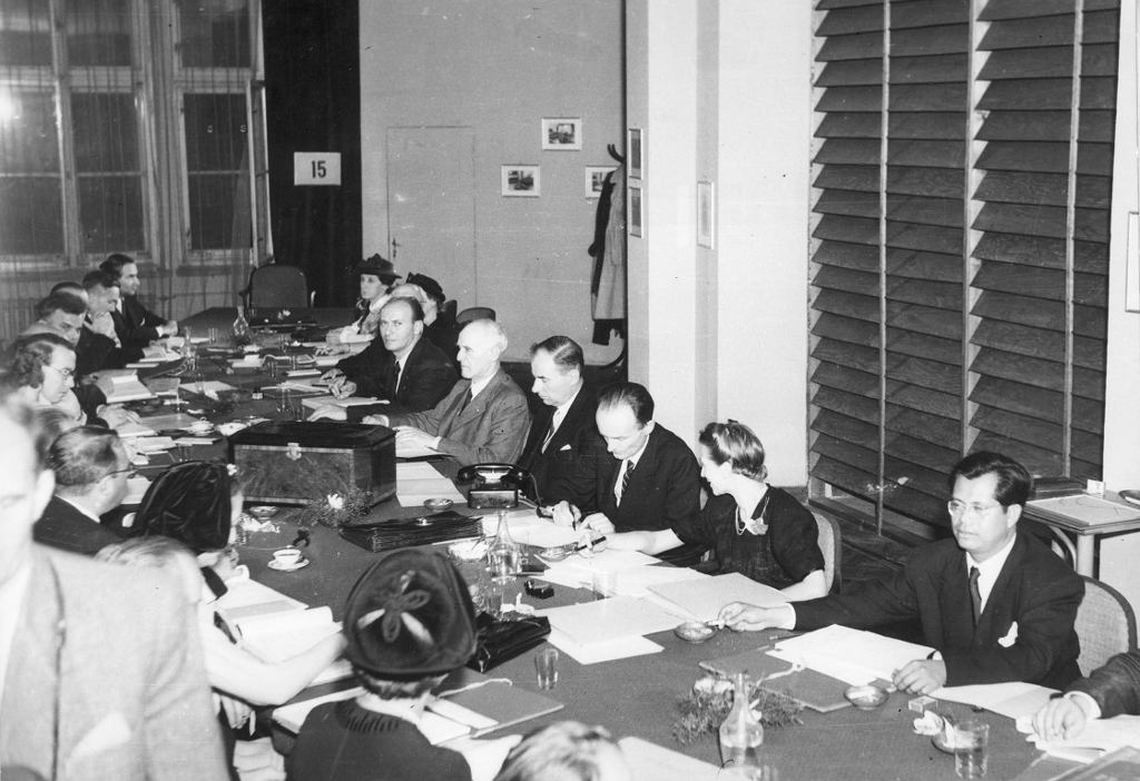 Konkurs Chopinowski w 1949 r. Jury przysłuchiwało się grze pianistów oddzielone widoczną po prawej stronie drewnianą żaluzją