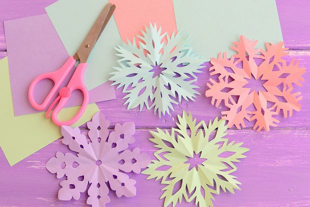Dekoracje na okno - papierowe śnieżynki. Zdjęcie ilustracyjne