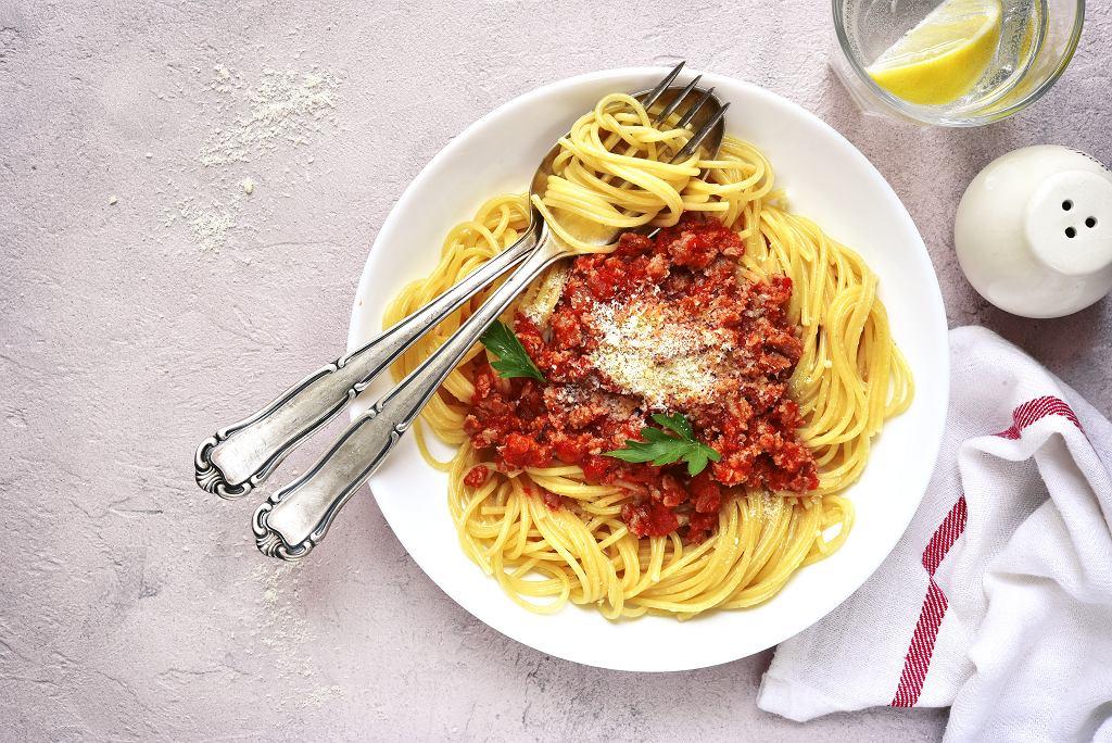 Spaghetti,Bolognese,In,A,White,Plate,On,A,Light,Concrete,stone