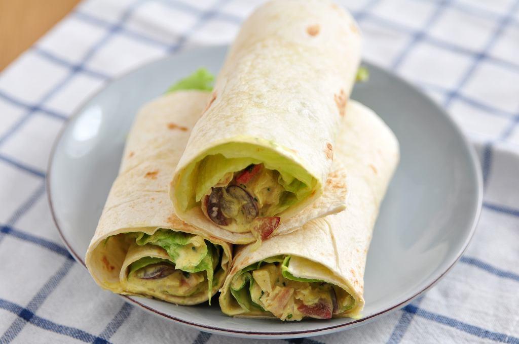 Tortilla z kurczakiem na ciepło to pyszne danie obiadowe, które nie dość, że jest pyszne, to jeszcze bardzo łatwe w przygotowaniu