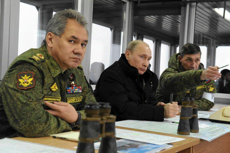 Minister obrony Siergiej Szojgu i prezydent Władimir Putin przyglądają się manewrom