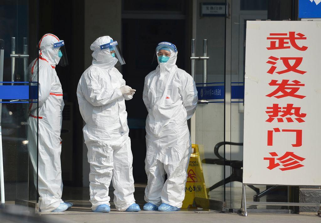 Wirus w Chinach. Pracownicy przed szpitalem w Fuyang, gdzie przyjęty został pacjent z podejrzeniem koronawirusa