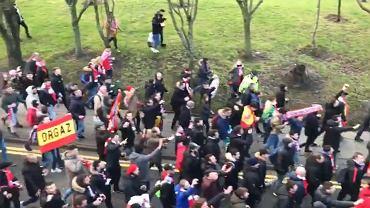Kibice Atletico Madryt idący na mecz z Liverpoolem