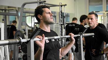 Piotr Łuka podczas zajęć na siłowni. Przygląda się Maciej Dobrowolski